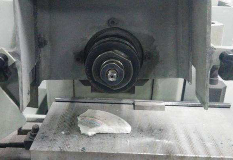 Insufficient inspection of the grinding machine or improper machine tool